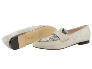 beige loafer in suede met slangenprint van PinC