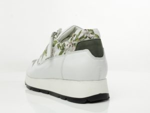 witte sneaker met bloemen print naar het schilderij van M. de Gijselaar