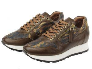 bruine sneaker met kunst van Marcel Duchamp